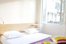 Grand studio meublé et climatisé situé en plein cœur de la vieille ville et à 50 mètres de la plage.