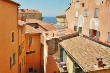 Appartement 3 chambres calme et idéalement situé au coeur de la Vieille Ville et à 2 min à pied des plages.
