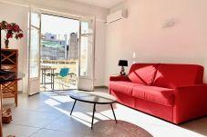 Au cœur du Carré d'or, studio climatisé avec balcon situé à deux pas de la plage et de la Promenade des Anglais.