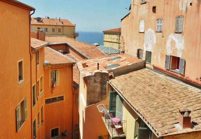Quiet and ideally located 3-bedroom apartment in the heart of the Old Town and 2 minutes' walk from the beaches.