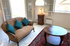 Quiet and ideally located 2-bedroom apartment in the heart of the Old Town and 5 minutes' walk from the beaches.